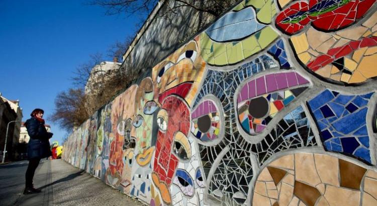 Молодые художники заставляют улыбаться серые стены Праги