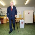 Президент Чехии Милош Земан на избирательном участке в пражксой школе Брдичкова