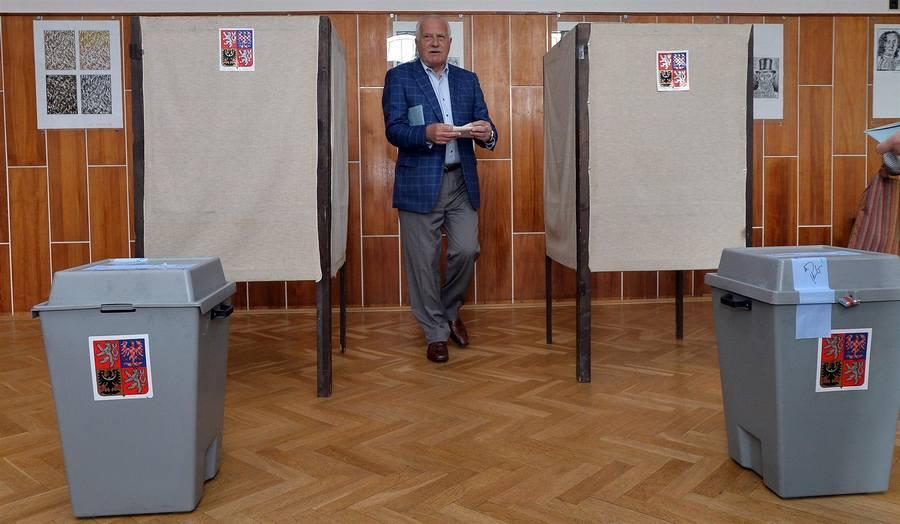 Экспрезидент Чехии Вацлав Клаус на избирательном участке в Праге, район Кобылисы